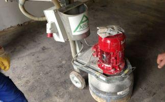 Bodenschleifmaschine mit Spezialschleifmitteln zur Entfernung von Teerkleber auf Estrich nach BGR 128